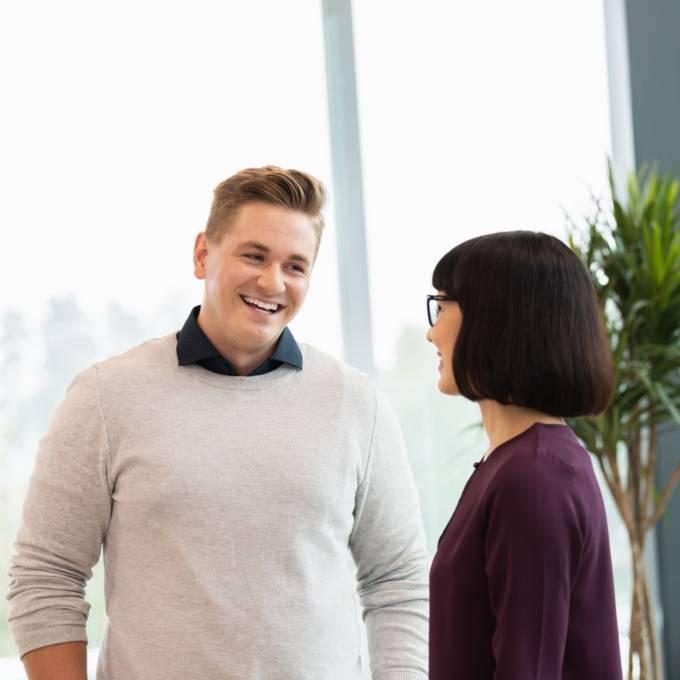 Työntekijät juttelevat iloisesti