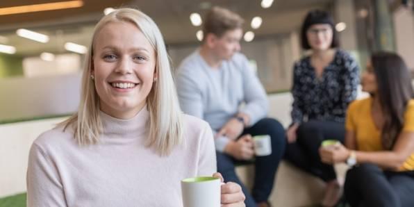 Nainen juo kahvia.
